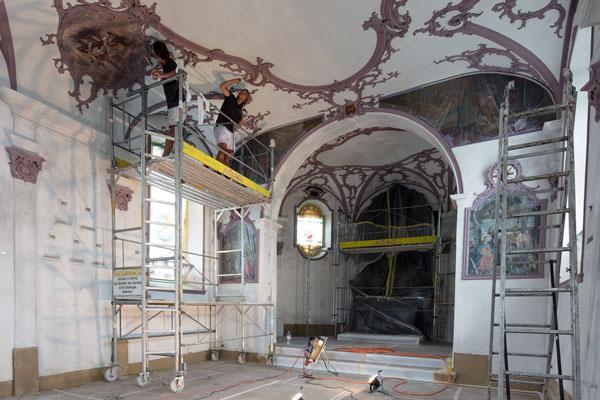 Malerarbeiten an der Stukatur in der Weinrebenkapelle Hünenberg