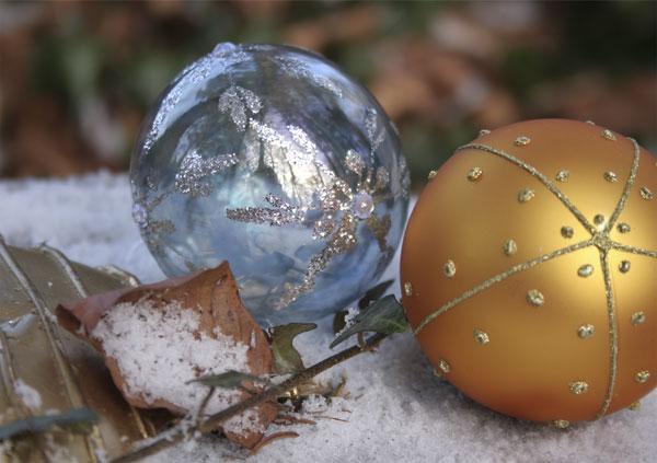 Weihnachtskugeln im winterlichen Wald