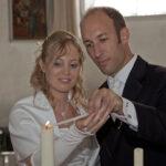 Hochzeit Andrea und Marcel, gemeinsames anzünden der Kerze in der Kirche