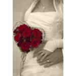 Hochzeit Andrea und Marcel, Detailansicht der Hände, Brautkleid und Bouquet