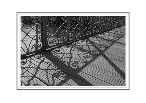 Schattenspiel von einem Brückengeländer in Strassbourg
