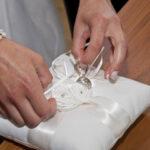Hochzeit Barbara und Tobias, Ringe werden auf dem Kissen fixiert