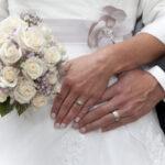 Hochzeit Barbara und Tobias, Hände des Brautpaares und Bouquet