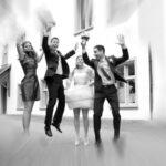 Hochzeit Barbara und Tobias, Luftsprung mit Brautpaar und Trauzeugen