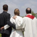 Hochzeit Barbara und Tobias, Brautpaar mit Pfarrer, letzter Moment vor der Trauung