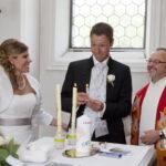 Hochzeit Barbara und Tobias, Brautpaar zündet in der Kirche Kerzen an