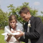 Hochzeit Barbara und Tobias, Brautpaar hält zwei weisse Tauben in der Hand