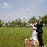 Hochzeit Barbara und Tobias, Brautpaar lässt Tauben fliegen