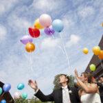 Hochzeit Barbara und Tobias, Brautpaar lässt Ballone steigen