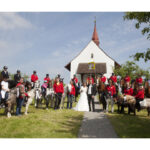 Hochzeit Barbara und Tobias, Reiterkollegen hoch zu Ross vor der Kapelle St. Verena