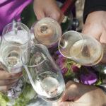 Hochzeit Chantal & Killian, vier Sektgläser, anstossen