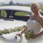 Hochzeit Chantal & Killian, Braut vor geschmücktem Oldtimer