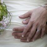 Hochzeit Chantal & Killian, Hände des Brautpaares mit Ring und Bouquet