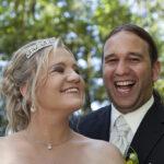 Hochzeit Chantal & Killian, fröhliches Brautpaar