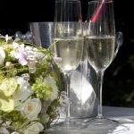 Hochzeit Chantal & Killian, Sektgläser mit Brautbouquet