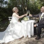 Hochzeit Chantal & Killian, anstossen mit Sekt an lauschigem Ort
