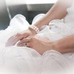 Hochzeit Christina & Marcel, die Hände Braut auf dem Brautkleid