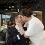 Hochzeit Christina & Marcel, Kuss in der Vinothek