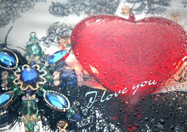 """Rotes Herz auf Schmuck, Text """"J love you"""""""