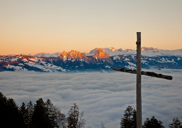 Kreuz, Blick auf Mythen und Wolkenmeer