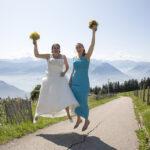 Hochzeit Monika & Roger, Luftsprung der zwei Ladys