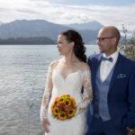 Hochzeit Yvonne und Roman, Brautpaar blickt in die Zukunft